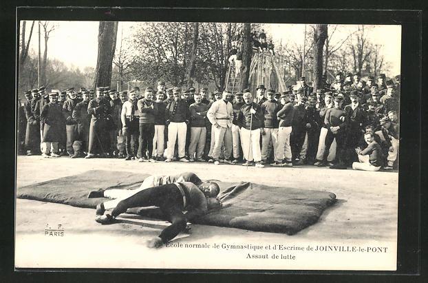 AK Zwei Männer ringen auf einer Sportmatten vor mehreren Zuschauern