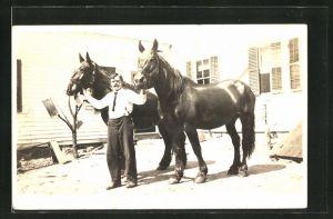 Foto-AK Torrington, WY, Mann hält zwei Pferde am Halfter