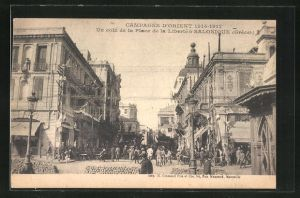 AK Salonique, Un coin de la Place de la Liberte, Platz mit Einheimischen