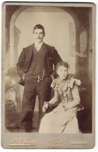 Fotografie A. & G. Taylor, Glasgow, Portrait junges Paar in festlicher Kleidung