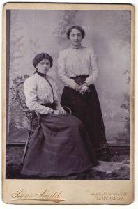 Fotografie Levi Ladd, Tonypandy, Portrait zwei junge Frauen in zeitgenöss. Kleidung