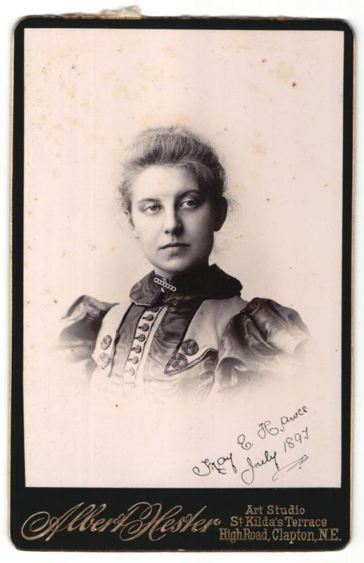 Fotografie Albert Hester, Clapton-NE, Portrait junge Frau mit zusammengebundenem Haar