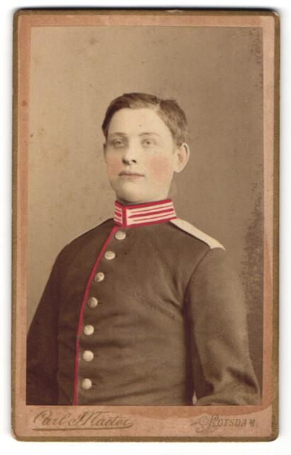 Fotografie Carl Maeter, Potsdam, Portrait Garde-Soldat in Uniform, coloriert