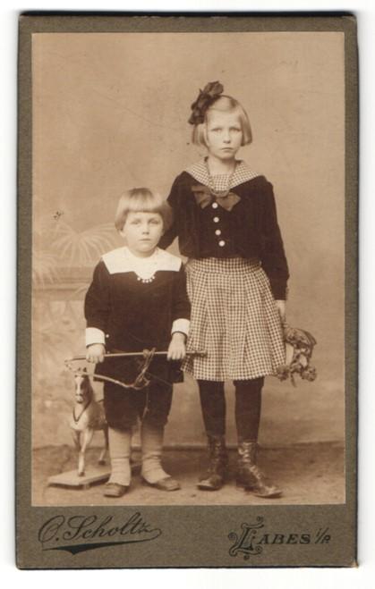 Fotografie Atelier Scholtz, Labes, Mädchen mit Reitgerte und Spielzeug-Pferd