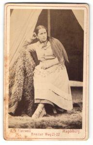 Fotografie E. von Flottwell, Magdeburg, junge Dame mit Halskette und langen Haaren