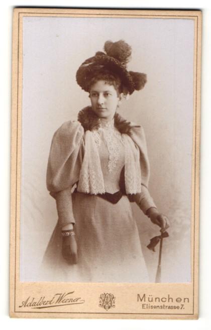 Fotografie Adalbert Werner, München, junge Dame elegant gekleidet mit Hut