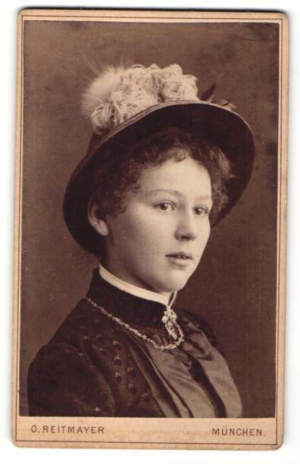 Fotografie Otto Reitmayer, München, Portrait junge Dame trägt modischen Hut