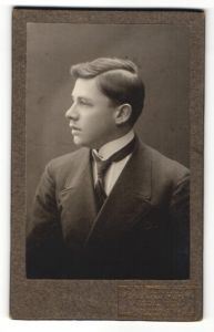 Fotografie A. Krumm, Mindelheim, Profilportrait junger Herr in Anzug