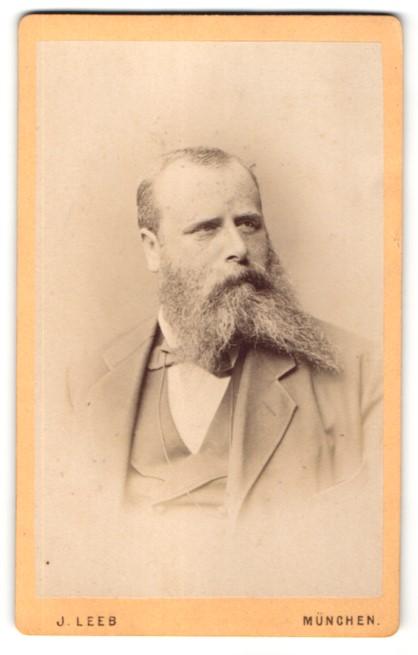 Fotografie J. Leeb, München, Portrait Mann mit Vollbart