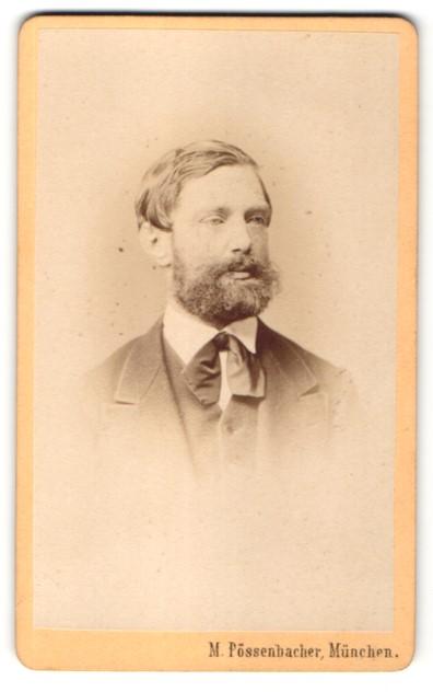 Fotografie M. Pössenbacher, München, Portrait Herr in Anzug mit Vollbart