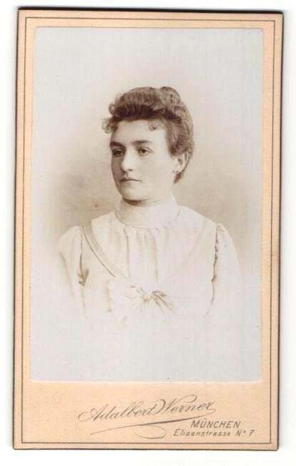 Fotografie Adalbert Werner, München, Portrait junge Dame mit zeitgenöss. Frisur