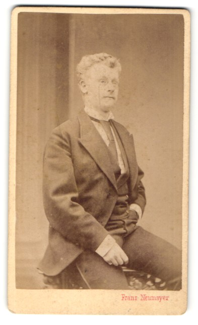 Fotografie Franz Neumayer, München, Portrait junger Herr in Anzug