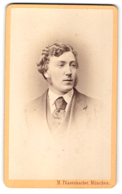 Fotografie M. Pössenbacher, München, Portrait junger Herr mit zeitgenöss. Frisur
