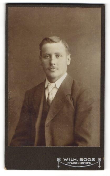 Fotografie Wilh. Boos, Pfarrkirchen, Portrait junger Mann mit zeitgenöss. Frisur