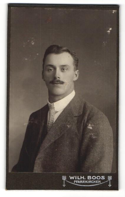 Fotografie Wilh. Boos, Pfarrkirchen, Portrait junger Herr mit Oberlippenbart
