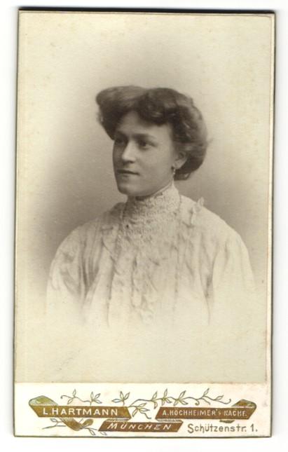 Fotografie L. Hartmann, München, Portrait junge Dame mit Hochsteckfrisur