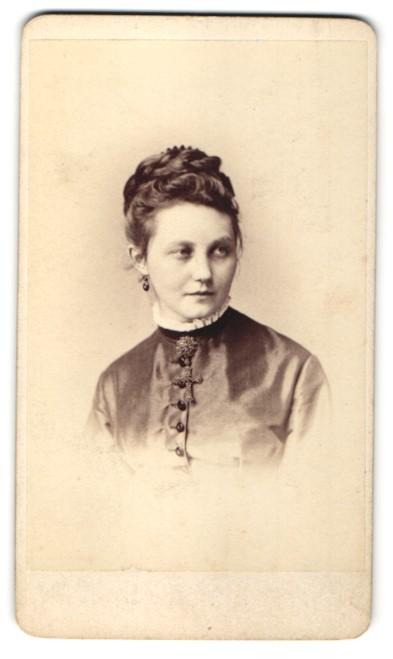 Fotografie Teich Hanfstaengl, Dresden, Portrait junge Dame mit zeitgenöss. Frisur
