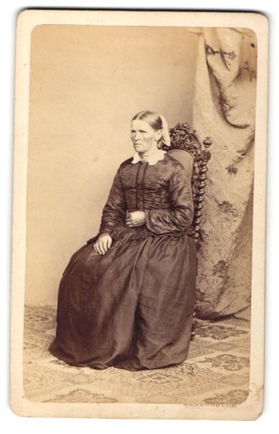 Fotografie Joh. Laifle, Regensburg, Portrait Frau in traditioneller Kleidung