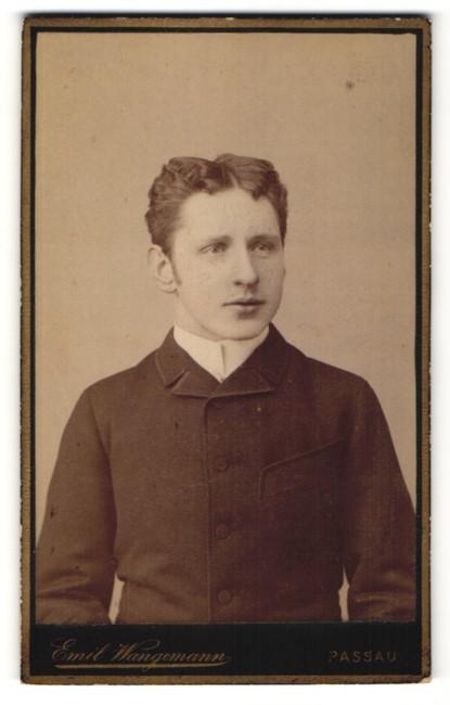 Fotografie Emil Wangemann, Passau, Junger Mann stolz zur Seite blickend