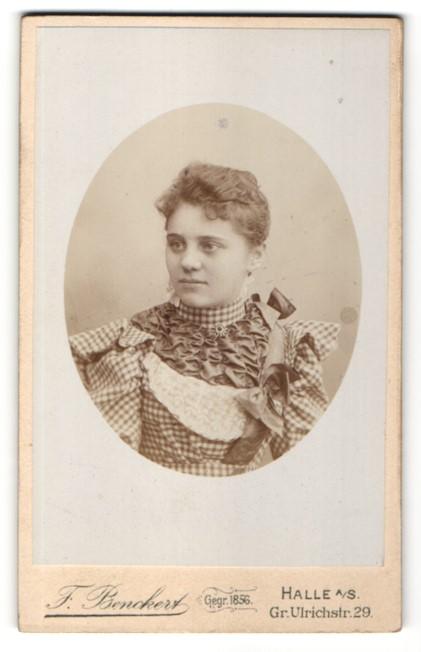 Fotografie F. Benckert, Halle / Saale, Junge Dame in kariertem Kleid