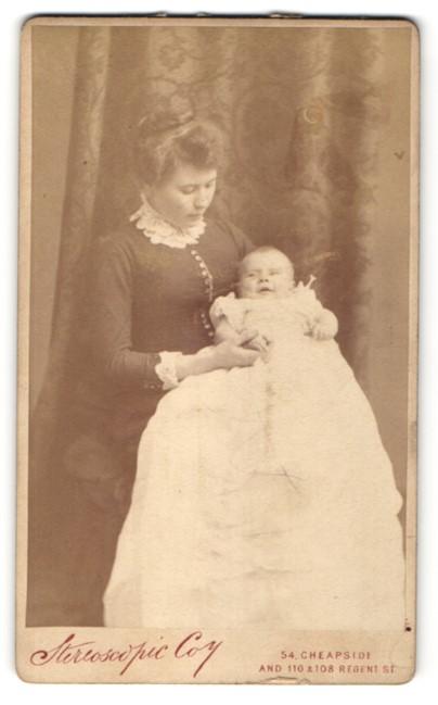 Fotografie Stereoscopic Company, London, Mutter mit Kind in langem weissem Kleid