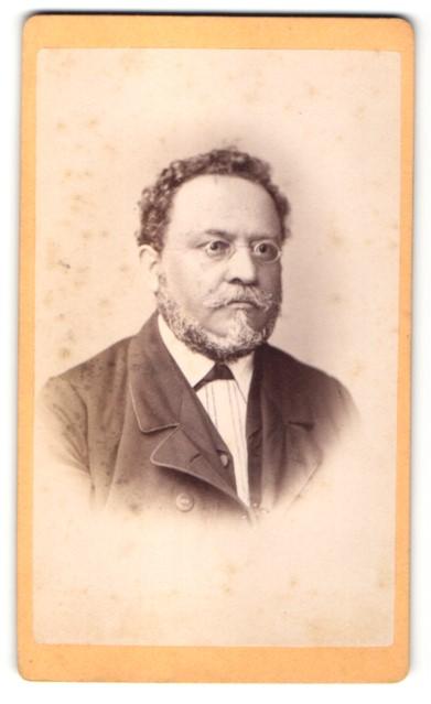 Fotografie N. A. Dietz, München, Portrait Herr mit Bart und Brille