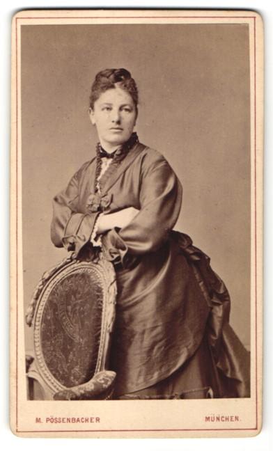 Fotografie M. Pössenbacher, München, Portrait Dame in zeitgenöss. Kleidung