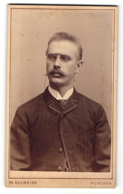 Fotografie Fr. Neumayer, München, Portrait junger Mann mit Oberlippenbart und Zwicker