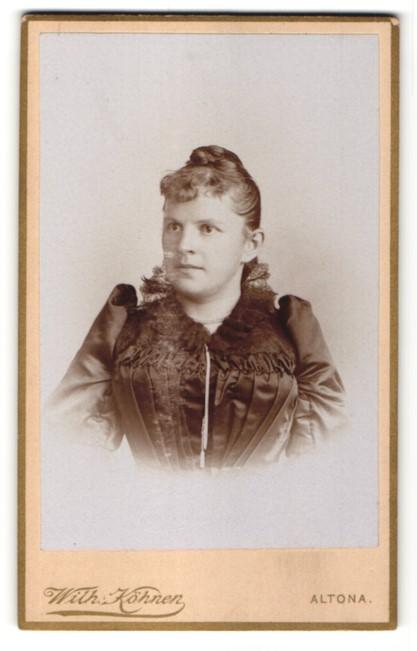 Fotografie Wilh. Köhnen, Altona, Portrait junge Frau in festlicher Kleidung
