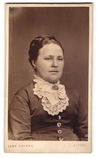 Fotografie Gebr. Ehlers, Hamburg-Altona, Portrait Dame mit geflochtenem Haar
