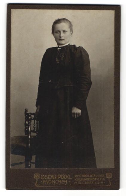 Fotografie Oscar Pöckl, München, Portrait Fräulein in Kleid