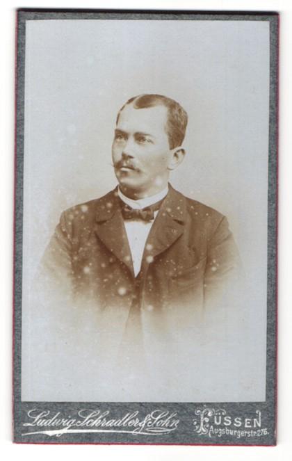 Fotografie Ludwig Schradler & Sohn, Füssen, Portrait Herr mit zeitgenöss. Frisur