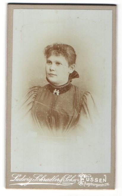 Fotografie Ludwig Schradler & Sohn, Füssen, Portrait Fräulein in zeitgenöss. Kleidung