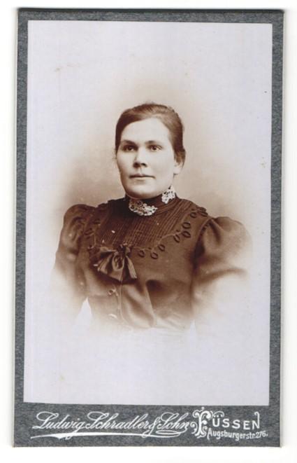 Fotografie Ludwig Schradler & Sohn, Füssen, Portrait Frau in zeitgenöss. Kleidung