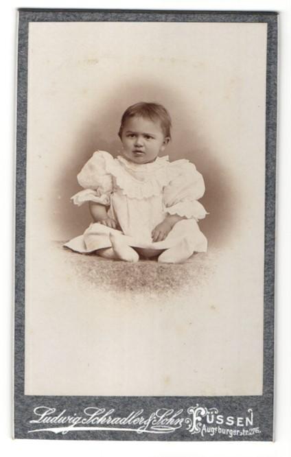 Fotografie Ludwig Schradler & Sohn, Füssen, Portrait Kleinkind in Kleidchen