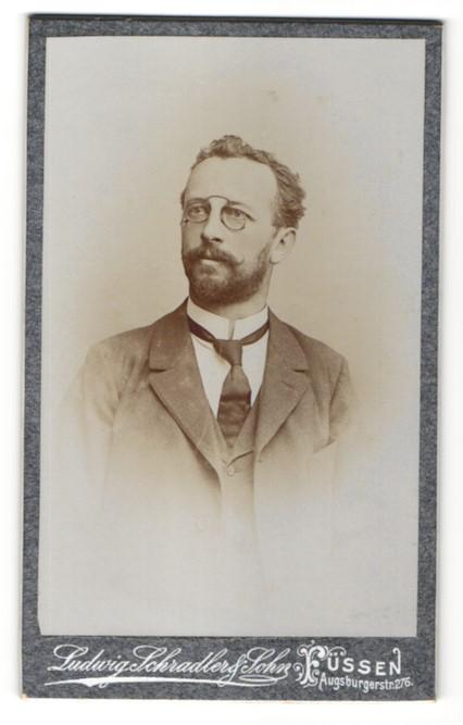Fotografie Ludwig Schradler & Sohn, Füssen, Portrait Herr mit Zwicker