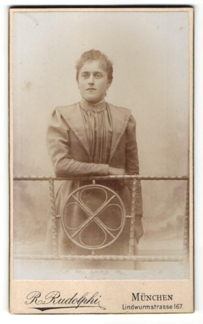 Fotografie R. Rudolphi, München, Portrait junge Frau in zeitgenöss. Mode