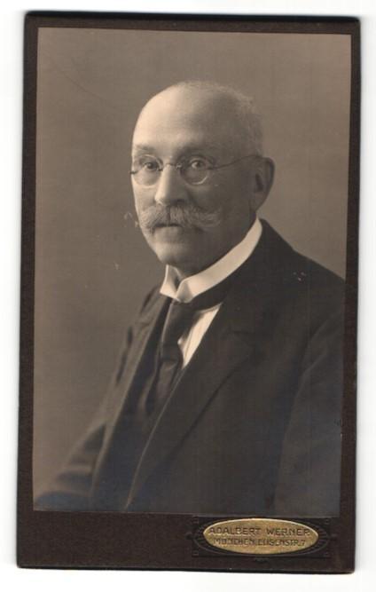 Fotografie Adalbert Werner, München, Portrait betagter Herr mit Oberlippenbart und Brille