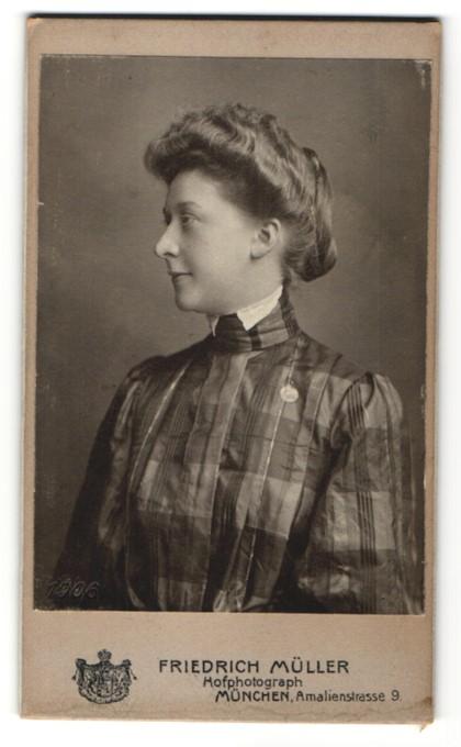 Fotografie Friedr. Müller, München, Portrait junge Dame mit Hochsteckfrisur