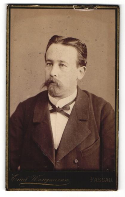 Fotografie Emil Wangemann, Passau, Portrait Herr mit zeitgenöss. Frisur und Bart