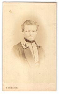 Fotografie J. Bscherer, München, Portrait halbwüchsiger Knabe in Dienstkleidung