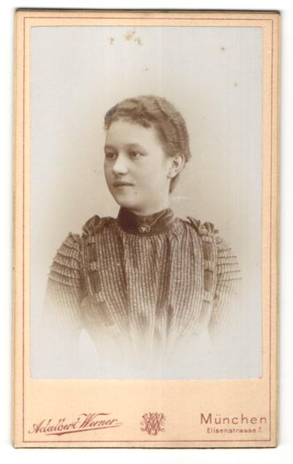 Fotografie Adalbert Werner, München, Portrait Fräulein mit zusammengebundenem Haar