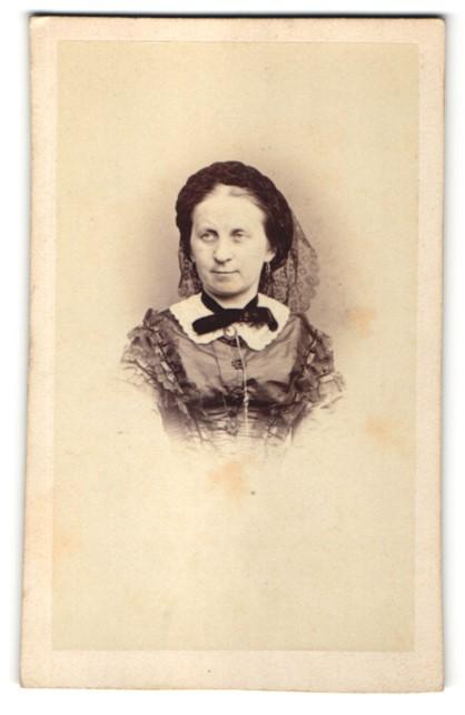 Fotografie H. Holz, München, Portrait Dame mit zeitgenöss. Kopfbedeckung