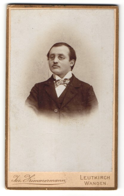 Fotografie Jos. Zimmermann, Leutkirch & Wangen, Portrait junger Herr mit Zwicker