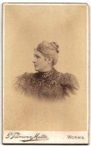 Fotografie G. Tillmann-Matter, Worms, Profilportrait Dame mit Haarknoten