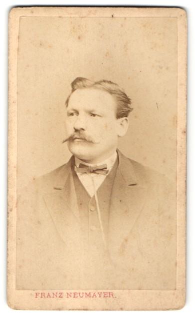 Fotografie Franz Neumayer, München, Portrait Herr mit zurückgekämmtem Haar
