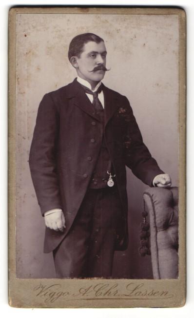 Fotografie Viggo A. Chr. Lassen, Kjobenhavn, Portrait Herr in feierlicher Garderobe