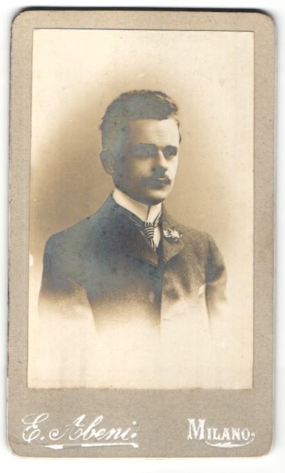 Fotografie E. Abeni, Milano, Portrait junger Herr in Anzug
