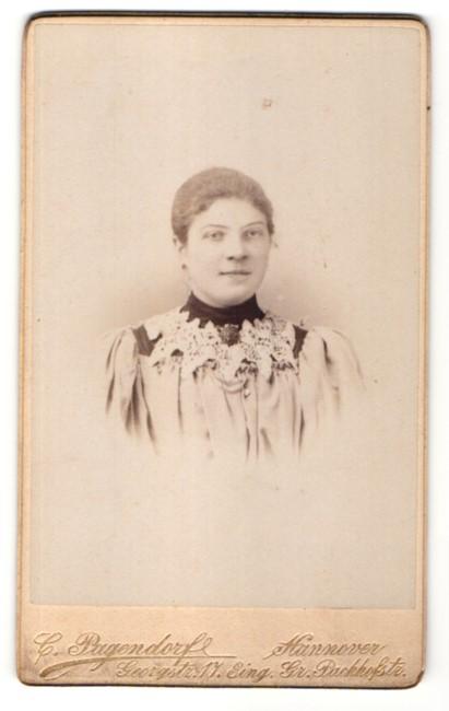 Fotografie C. Pagendorf, Hannover, Portrait junge Dame mit zusammengebundenem Haar