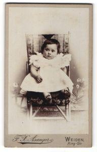 Fotografie F. X. Asanger, Weiden, Portrait Kleinkind in Kleidchen
